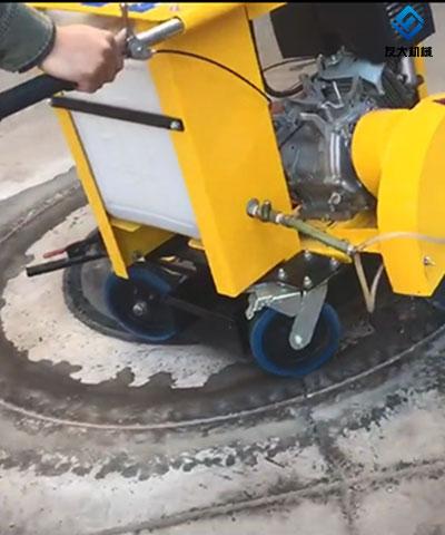 手推式井盖切割机客户施工中